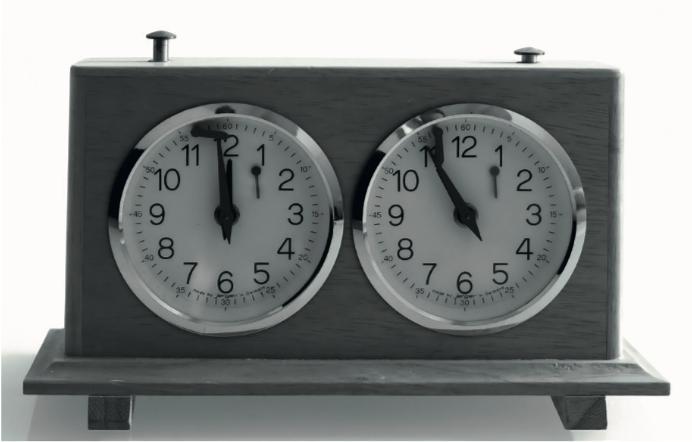 Afbeelding met klok, tijd, verschillend, dak  Automatisch gegenereerde beschrijving